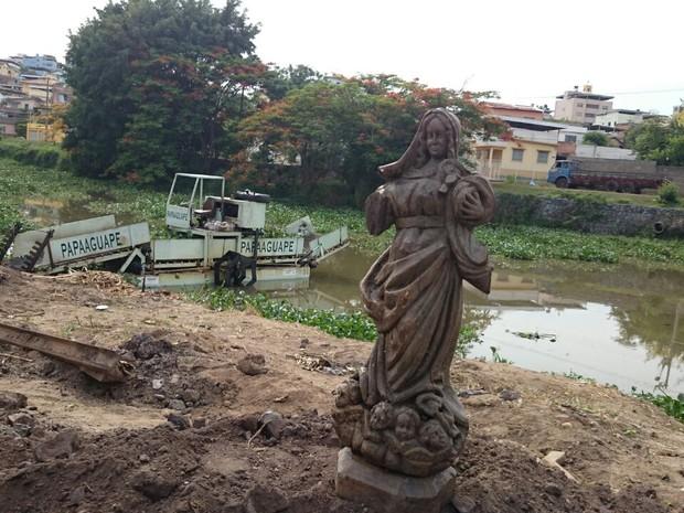 Imagem de santa foi colocada às margens do rio (Foto: Aline Fonseca/G1)