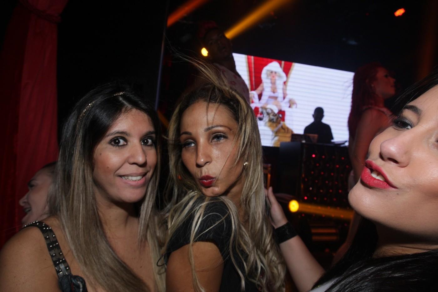 Valesca Popozuda posa com fãs (Foto: Leo Franco/AgNews)