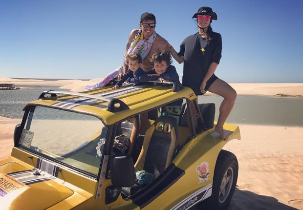 Juliana Knust faz passeio de buggy com o marido, o empresário Gustavo Machado, e os filhos, Matheus e Arthur (Foto: Reprodução/Instagram)