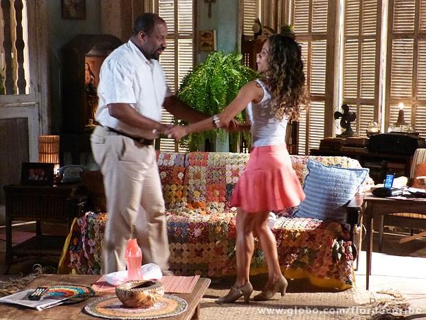 Nicole decide ensinar Quirino a dançar (Foto: Flor do Caribe / TV Globo)