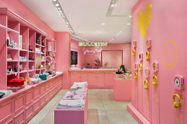 Doce por fora, forte por dentro. O rosa-millenium colore a loja de ideiais e produtos feministas (Foto: Divulgação)