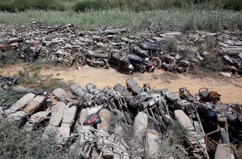Veículos estão em estado de decomposição (Foto: REUTERS/Akhtar Soomro)