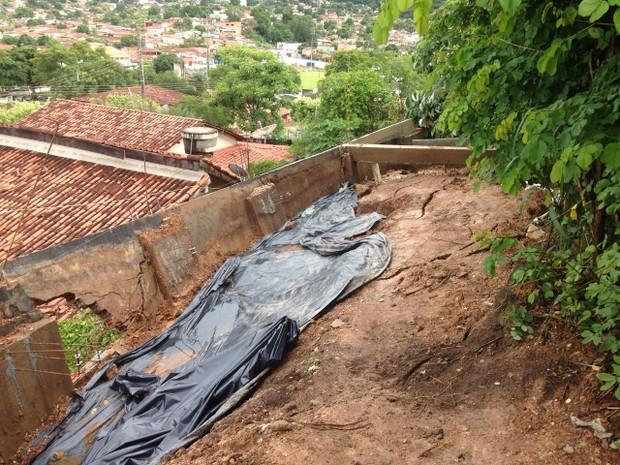 Força da água na região do morro fez com que o muro cedesse e a terra atingisse as residências (Foto: Divulgação/Corpo de Bombeiros de Barra do Garças)