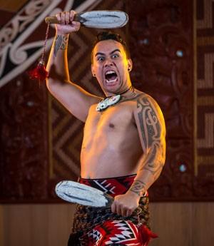 Em algumas apresentações os homens usam utensílios que seriam como armas (Foto: Divulgação/Te Puia)