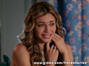 Arrasada, a loira não contém o choro (Foto: Flor do Caribe / TV Globo)