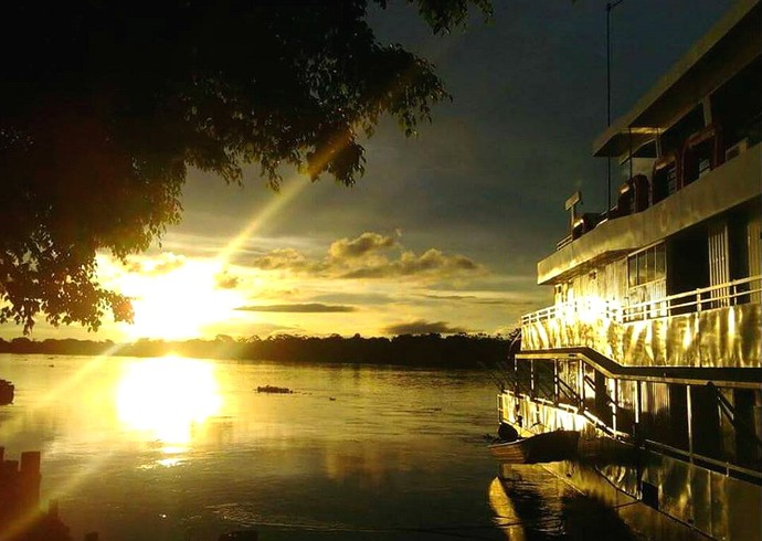 Fim de tarde no Rio Paraguai, na cidade de Cáceres (Foto: Patrícia Ourives)