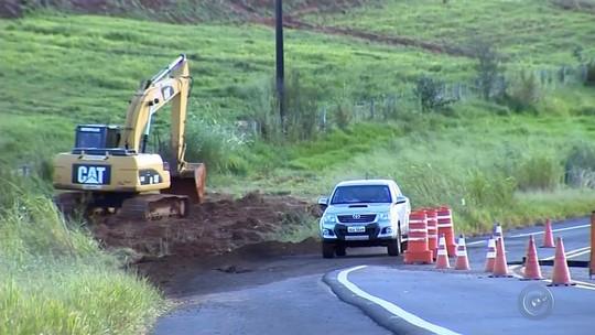 Tráfego é liberado parcialmente em rodovia após chuva levar parte da pista em Echaporã