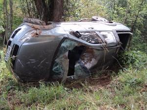Um dos carros capotou e ficou bastante danificado (Foto: Glaudson Rodrigues/Últimas Notícias)