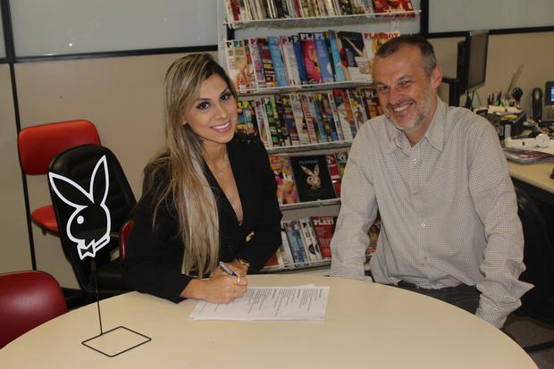 Vanessa assinando contrato com a Playboy ao lado de Sérgio Xavier, diretor de redação (Foto: Divulgação)