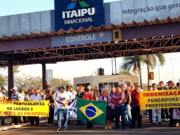 Pescadores se reuniram em frente ao portão da Usina de Itaipu no início da manhã desta terça-feira (11) (Foto: Caio Vasques / RPC TV)