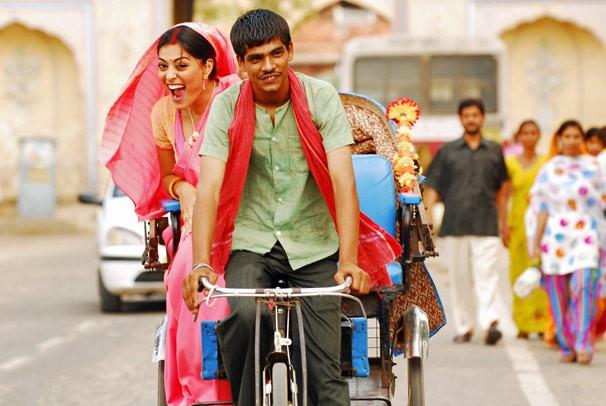 Juliana Paes passeia de bicicleta pelas ruas indianas nas gravações de Caminho das Índias (Foto: CEDOC Globo)