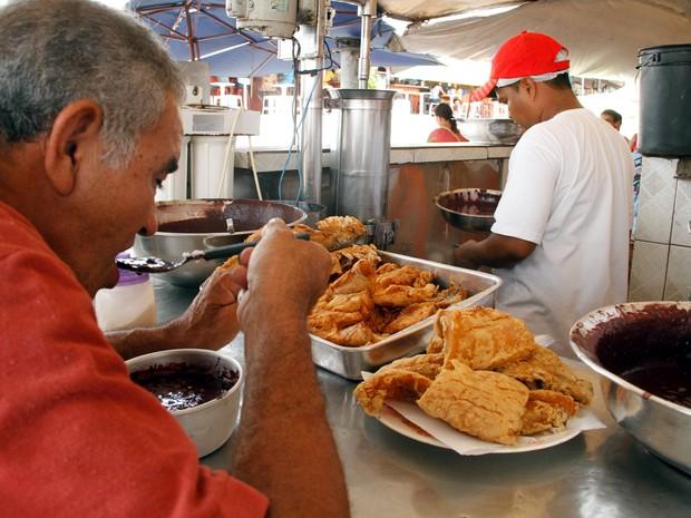 Peixe com açaí no Ver-o-peso, em Belém (Foto: Ary Souza/O Liberal)