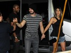 Luan Santana chega de mãos dadas com Jade Magalhães em show
