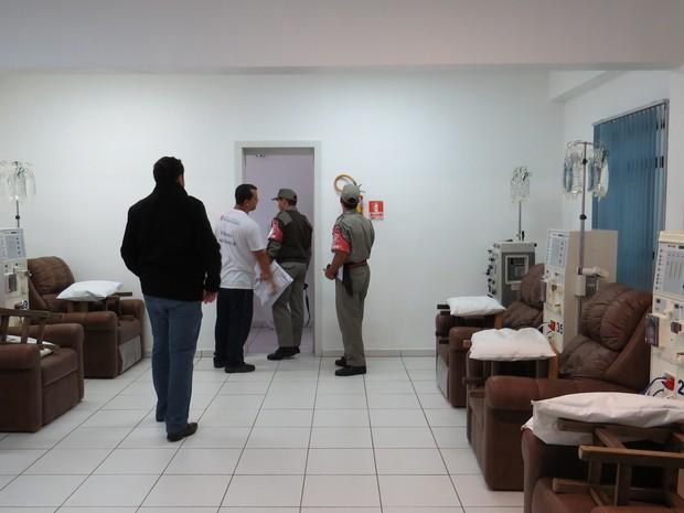 Bombeiros vistoriam setor de hemodiálise do hospital (Foto: Fábio Freitas/RBS TV)
