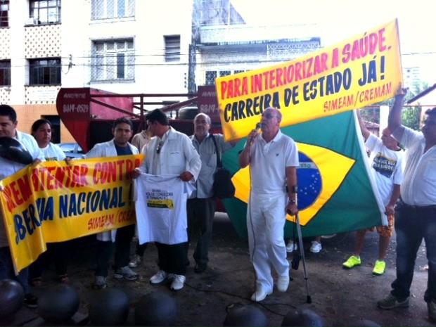 Médicos se reuniram no Largo São Sebastião e seguem para Santa Casa (Foto: Tiago Melo/G1 AM)