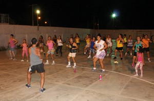 Dançando na Comunidade Petrolina (Foto: Magda Lomeu)