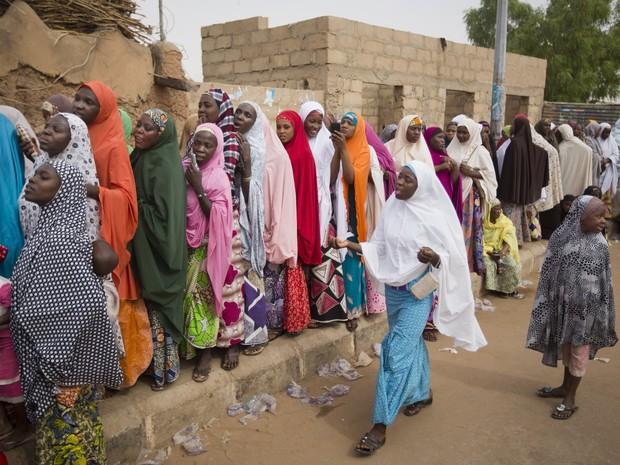 Mulheres nigerianas esperam em longas filas para vortar em Daura, na Nigéria (Foto: Ben Curtis/AP Photo)