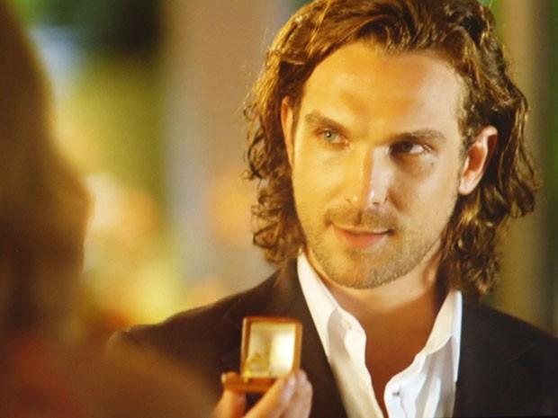 Alberto força a barra e oferece anel de noivado para os amigos (Foto: Flor do Caribe / TV Globo)