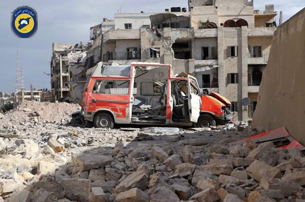 Aleppo tem intensos ataques antes de ofensiva terrestre do regime sírio (Foto: Defensa Civil Siria/AP)