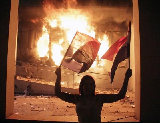 Manifestante em frente ao Congresso Nacional do Paraguai, na sexta-feira (31) - os protestos contra a emenda que permitiria a reeleição presidencial terminaram com um morto e um incêndio no prédio do Congresso (Foto: Cesar Olmedo / AFP)
