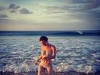 Mariana Ximenes posta foto de biquíni e exibe boa forma