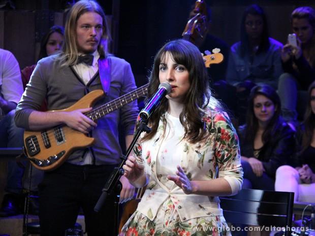 Clarice Falcão mostra seu trabalho como cantora no Altas Horas (Foto: TV Globo/Altas Horas)