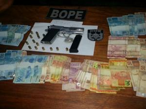 Com Beto, batalhão encontrou drogas, dinheiro e a pistola que pertencia ao sargento (Foto: Reprodução/TV Amapá)