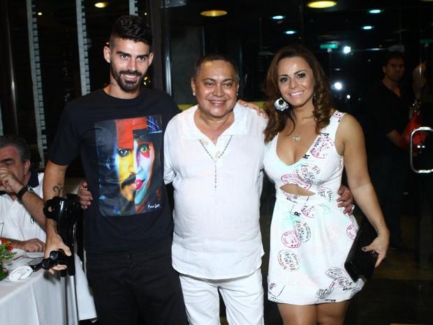Viviane Araújo e o noivo, Radamés, e com Glaycon Muniz em churrascaria no Rio (Foto: Raphael Mesquita/ Foto Rio News)