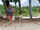 Romário aproveita fim de tarde e joga futevôlei com os amigos