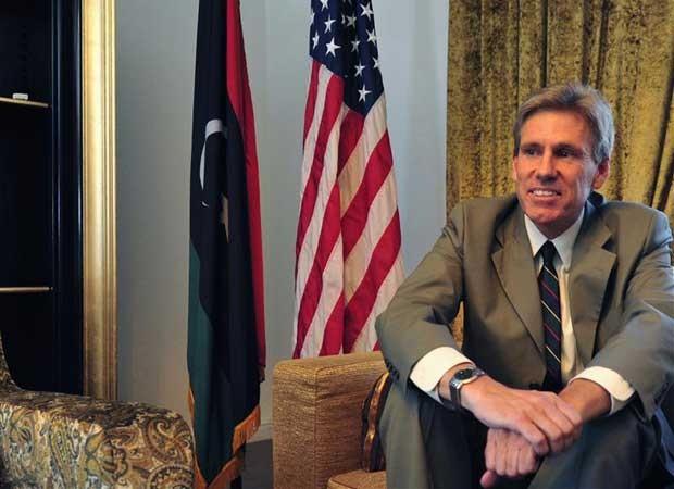 Embaixador norte-americano na Líbia, Christopher Stevens, sorri em sua casa em Trípoli, em junho. Stevens e três outros funcionários da embaixada foram mortos quando deixavam às pressas o prédio do consulado norte-americano em Benghazi (Foto: Reuters/Esam Al-Fetori)