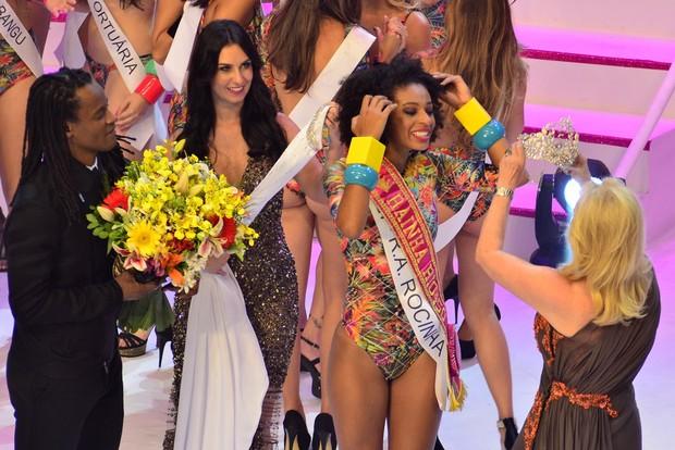 Candidata da Rocinha é coroada como Rainha Rio450 (Foto: Roberto Teixeira / EGO)