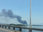 Incêndio em terreno na Ilha do Governador assusta motoristas
