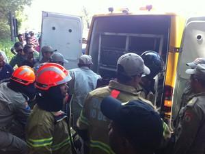 Corpos das vítimas do acidente de helicóptero são retirados da mata (Foto: Janaína Carvalho/G1)
