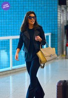 Look do dia: Juliana Paes usa calça flare e bolsa de R$ 10 mil