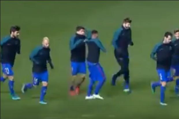 Suárez e Neymar durante treino do Barcelona (Foto: Reprodução/Youtube)