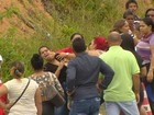 Parentes de presos brigam em fila para entregar alimentos, em Manaus