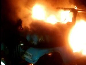 Jeep foi incendido no bairro de Felipe Camarão, Zona Oeste da cidade (Foto: PM/Divulgação)