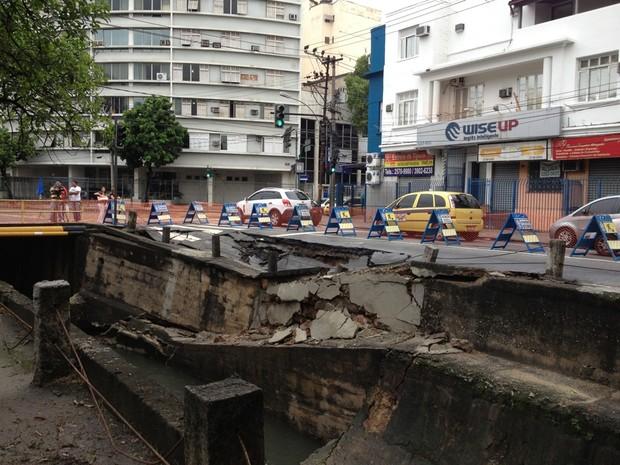 Asfalto na Avenida Maracanã, na Tijuca, devido às chuvas (Foto: Susan Vidinhas/ G1)