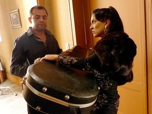 Larissa lida com pessoas perigosas (Foto: TV Globo / Divulgação)