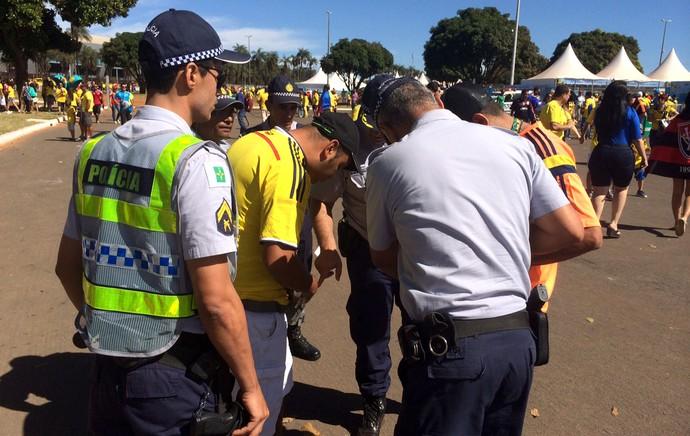 Polícia aborda suposto cambista (Foto: Bito Marques)