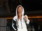 Rihanna usa look branco e trancinha no cabelo em viagem para Europa