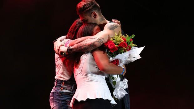 Fãs sobem ao palco de Lucas Lucco (Foto: Raphael Dias/Gshow)