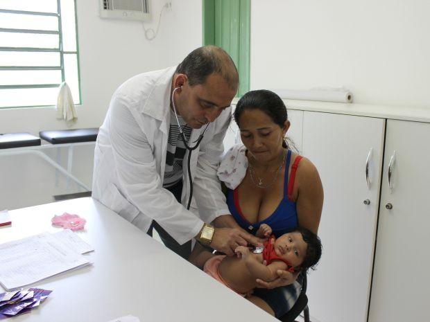 Gelcilane agradeceu atenção do médico cubano durante o pré-natal da filha Laura Nascimento (Foto: Adneison Severiano/G1 AM)