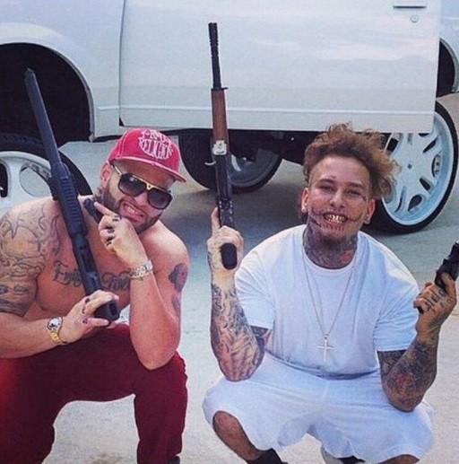 O rapper (ao lado de um amigo) é amante de armas de fogo