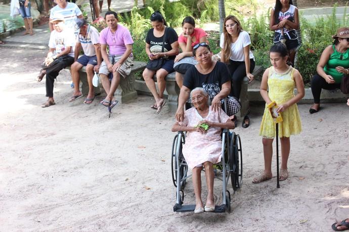 Dona Raimunda acompanhou o evento de perto (Foto: Katiúscia Monteiro/ Rede Amazônica)