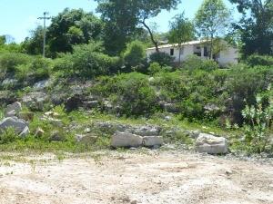 Casa de Maria das Dores sofreu danos com implosões para continuação de ferrovia (Foto: André Teixeira/G1)