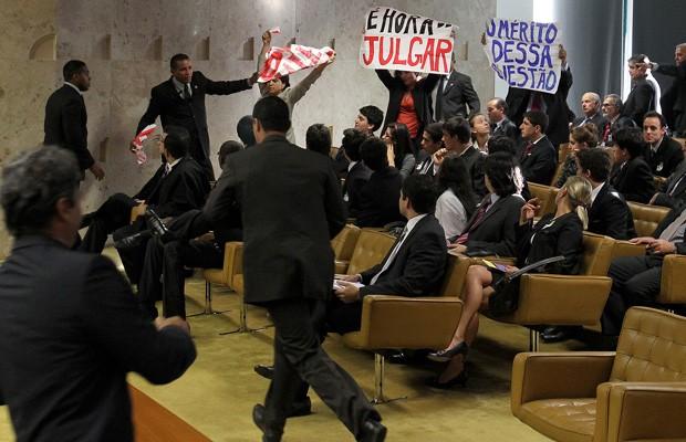 Manifestantes erguem cartazes de protesto contra a obra de Belo Monte no plenário do STF (Foto: Dida Sampaio / Agência Estado)