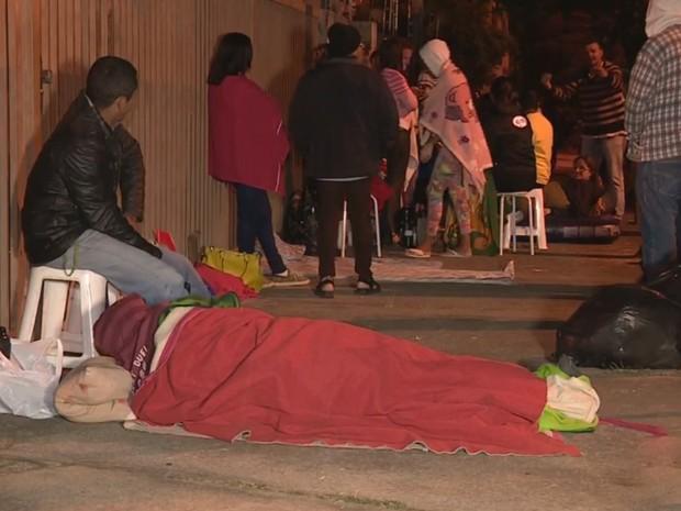Candidatos do Minha Casa Minha Vida dormiram na fila em Cosmópolis (Foto: Reprodução/EPTV)