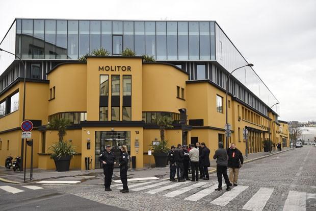 Policiais são vistos em frente ao hotel Molitor, em Paris, que sofreu um alerta de bomba nesta sexta-feira (13) (Foto: Lionel Bonaventure/AFP)