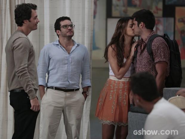 Luiza leva o tio para conhecer o galpão e beijo André na frente de Laerte (Foto: Felipe Monteiro/TV Globo)